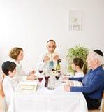 Jüdische Familie, die Passahfest feiert Lizenzfreie Stockfotos