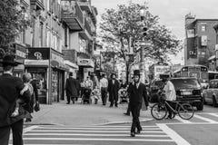 Jüdische hassidic Männer kreuzen die Straße Stockfotos