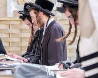Jüdische Männer an der Westwand stockfotos