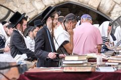 Jüdische Männer an der Westwand stockfoto