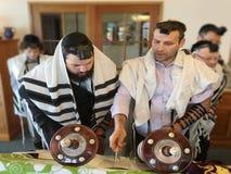 Jüdische Männer, die das Torah lesen stockbilder