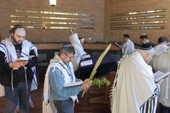 Jüdische Männer, die in der Synagoge auf dem jüdischen Feiertagsfestival O beten stockbild