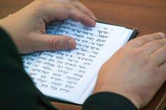 Jüdischer betender Mann lizenzfreies stockbild