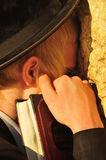 Jüdischer betender Mann Stockfotos