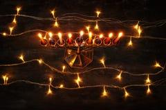 jüdischer Feiertag Chanukka-Hintergrund mit menorah u. x28; traditionelles candelabra& x29; und brennende Kerzen Stockbild