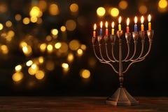 jüdischer Feiertag Chanukka-Hintergrund mit menorah u. x28; traditionelles candelabra& x29; und brennende Kerzen Lizenzfreie Stockbilder
