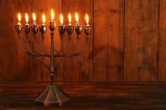 jüdischer Feiertag Chanukka-Hintergrund mit menorah u. x28; traditionelles candelabra& x29; und brennende Kerzen Lizenzfreie Stockfotografie