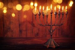 jüdischer Feiertag Chanukka-Hintergrund mit menorah u. x28; traditionelles candelabra& x29; und brennende Kerzen Stockfotografie