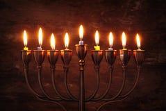 jüdischer Feiertag Chanukka-Hintergrund mit menorah u. x28; traditionelles candelabra& x29; und brennende Kerzen Stockfotos