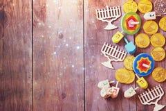 jüdischer Feiertag Chanukka mit hölzernen dreidels Stockbilder