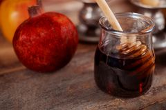 Jüdischer Feiertag Rosh Hashanah, Äpfel Honig und Granatapfel torah Buch, kippah ein yamolka talit stockbilder