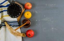 Jüdischer Feiertagshonig und -äpfel mit Granatapfel torah Buch, kippah ein yamolka talit stockfotografie