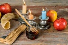 Jüdischer Feiertagshonig und -äpfel mit Granatapfel torah Buch, kippah ein yamolka talit lizenzfreie stockfotos