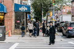 Jüdischer hassidic Mann kreuzt die Straße Stockfotografie