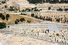 Jüdischer Kirchhof mit Wand alter Stadt Jerusalems im Hintergrund Stockbild