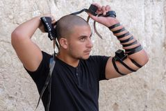 Jüdischer Mann an der Westwand stockfotos