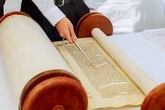 Jüdischer Mann kleidete in der Ritual-Kleidung Torah am Bar Mizwa am 5. September 2016 USA an Stockfoto