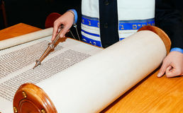 Jüdischer Mann kleidete in der Ritual-Kleidung Torah am Bar Mizwa am 5. September 2015 USA an Stockfoto
