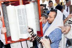 Jüdischer Messwert beten von Torah Stockbild