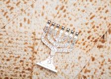 Jüdisches Brot - matza mit Kerzenständer - menorah Stockbild