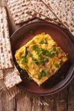 Jüdisches Frühstück: Matzah brei mit Frühlingszwiebelnahaufnahme Vertic Stockfotografie