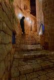 Jüdisches Mannschattenbild - schmale Straßen von altem Jaffa nachts Stockfotos