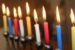 Jüdisches menorah mit erleuchten Kerzen für judaisches Feiertagssymbol Chanukkas stockfotos