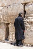 Jüdisches obdachloses orthodoxes Beten nahe der Klagemauer in Jerusalem lizenzfreie stockfotografie
