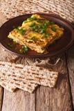 Jüdisches Omelett: Matzah brei mit Frühlingszwiebelnahaufnahme Vertica Lizenzfreie Stockbilder