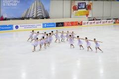 Jüngere führen an Open Schale synchronisiertem Eislauf durch Stockbilder