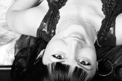 Jüngeres schönes Mädchen mit dem Längenhaar steht nach b still Lizenzfreie Stockbilder