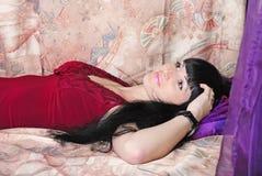 Jüngeres schönes Mädchen mit dem Längenhaar steht nach b still Stockbild