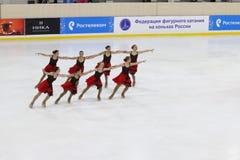 Jüngermädchenteam führt an Open Cup der Dauerwelleregion im synchronisierten Eislauf durch Stockbild