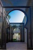 Język arabski łękowata aleja na plenerowym terytorium luksusowy hotel z niebieskim niebem above zdjęcia royalty free