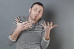 Języka ciała pojęcie dla gadatliwego 40s mężczyzna zdjęcia stock