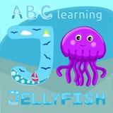 J是为水母信件J大写字体和逗人喜爱的愉快的水母漫画人物海洋动物传染媒介例证无脊椎 免版税图库摄影