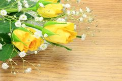 Rose de jaune et herbe de brume Image stock