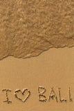 J'aime Bali - textotez écrit sur la plage sablonneuse Photos libres de droits