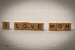 J'aime des mots de maman sur le concept de jour du ` s de mère de papier ondulé Images libres de droits