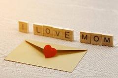 J'aime des mots de maman sur le concept de jour du ` s de mère de papier ondulé Photos stock