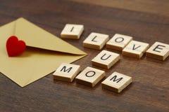 J'aime des mots de maman sur le vieux concept en bois de jour du ` s de mère Photo stock