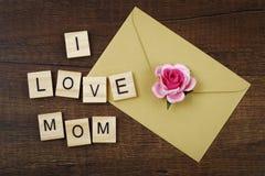J'aime des mots de maman sur le vieux concept en bois de jour du ` s de mère Photos libres de droits