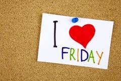J'aime des mots de vendredi faits de lettres colorées sur la note collante goupillée à un panneau d'affichage de liège comme rapp Photo libre de droits