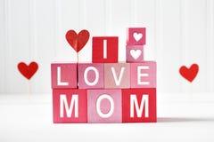 J'aime des textes de maman sur les blocs en bois Images libres de droits