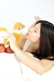 J'aime embrasser mon jouet préféré Photos stock