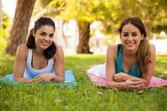 J'aime faire le yoga dehors Photos libres de droits