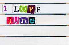 J'aime juin écrit avec des coupures de lettre de magazine de couleur sur le conseil en bois Concept de vacances d'été, l'espace v Photos libres de droits
