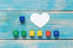 J'AIME L'ÉTÉ écrit dans les blocs en bois colorés sur un dos en bois Photo stock