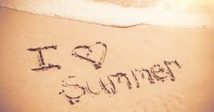 J'aime l'été écrit sur le sable Photo stock