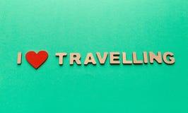 J'aime l'expression de déplacement inscripted avec les lettres en bois sur le fond vert Image libre de droits
